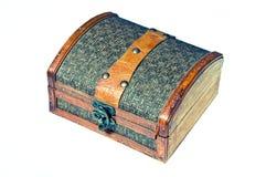 Caixa de madeira pequena para a jóia isolada no branco Fotos de Stock Royalty Free