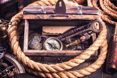 Caixa de madeira velha e instrumentos náuticos Fotografia de Stock Royalty Free