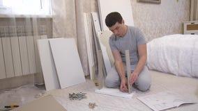 Caixa de montagem do homem em casa vídeos de arquivo