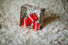Caixa de Natal com teste padrão verde com os presentes decorativos vermelhos imagem de stock royalty free