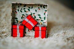 Caixa de Natal com teste padrão verde com os presentes decorativos vermelhos imagens de stock