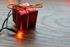 Caixa de Natal e uma luz amarela Fotos de Stock