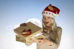 Caixa de Natal surpreendida da abertura da menina Imagens de Stock
