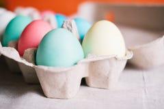 Caixa de ovo com ovos da páscoa coloridos foto de stock