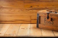 Caixa de ovos no fundo de madeira Fotos de Stock Royalty Free