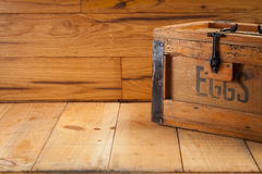 Caixa de ovos no fundo de madeira Foto de Stock Royalty Free