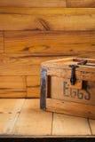 Caixa de ovos no fundo de madeira Imagem de Stock Royalty Free