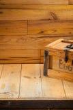 Caixa de ovos no fundo de madeira Foto de Stock