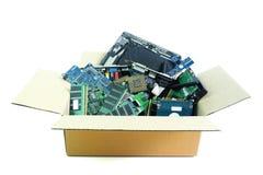 Caixa de papel com o desperdício eletrônico da peça do material informático isolado no branco fotografia de stock