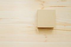 Caixa de papel na textura de madeira da mesa na luz do dia fotos de stock royalty free