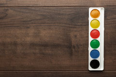 Caixa de pinturas de água na tabela Imagem de Stock