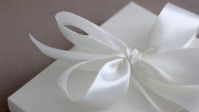 Caixa de presente de época natalícia luxuosa com a fita e curva de seda brancas, surpresa nupcial video estoque