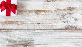 Caixa de presente de época natalícia no canto superior do fundo de madeira rústico branco fotos de stock