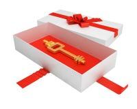 Caixa de presente aberta com chave antiga para dentro Fotografia de Stock
