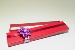 Caixa de presente aberta do vermelho isolada com sopro roxo fotos de stock