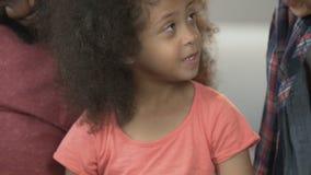A caixa de presente adorável da abertura da filha, pais apresenta, amor da família, apreciação vídeos de arquivo