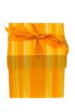 Caixa de presente alaranjada no branco   fotos de stock royalty free