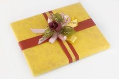 Caixa de presente amarela Fotos de Stock Royalty Free