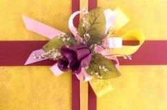 Caixa de presente amarela Imagem de Stock Royalty Free
