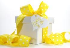 Caixa de presente amarela do tema com a fita amarela do às bolinhas fotos de stock