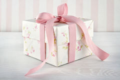 Caixa de presente amarrada com fita cor-de-rosa Fotografia de Stock Royalty Free