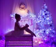 Caixa de presente atual aberta da criança do Natal, chaminé da árvore do Xmas imagens de stock royalty free