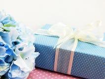 Caixa de presente atual com uso da decoração da curva para a variedade de feriado Imagens de Stock Royalty Free