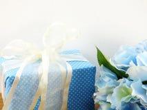 Caixa de presente atual com uso da decoração da curva para a variedade de feriado Fotografia de Stock