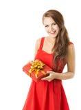 A caixa de presente atual da mulher, menina no vestido vermelho comemora o aniversário ou Fotografia de Stock Royalty Free