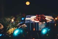 Caixa de presente atual do Natal, do ano novo com bolas e Natal tr foto de stock