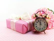 Caixa de presente atual e ramalhete artificial das flores Fotos de Stock Royalty Free