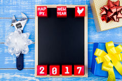 Caixa de presente atual, ferramentas do reparo, quadro-negro e ano novo feliz 20 Imagens de Stock Royalty Free