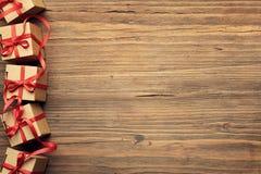 Caixa de presente atual no fundo de madeira, ove das caixas de cartão do feriado fotografia de stock