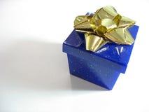 Caixa de presente azul Fotos de Stock Royalty Free