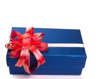 Caixa de presente azul com curva da fita, em um fundo branco Imagens de Stock Royalty Free