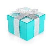 Caixa de presente azul com fita e curva de prata Imagens de Stock
