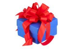 Caixa de presente azul com fita e curva vermelhas Fotografia de Stock Royalty Free