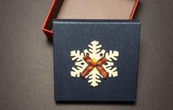 Caixa de presente azul vazia em um fundo de madeira, close-up fotografia de stock royalty free