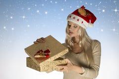 Caixa de presente bonita da abertura da menina do Natal Fotos de Stock