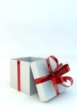 Caixa de presente branca aberta com fitas vermelhas Imagem de Stock