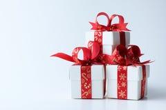 Caixa de presente branca amarrada com a fita do vermelho do tema do Natal imagens de stock royalty free