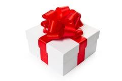 Caixa de presente branca com curva e a fita vermelhas do cetim Imagens de Stock