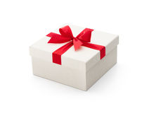 Caixa de presente branca com curva vermelha Foto de Stock Royalty Free