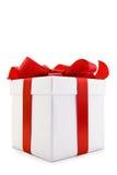 Caixa de presente branca com curva vermelha da fita do cetim Fotografia de Stock Royalty Free