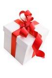 Caixa de presente branca com curva vermelha da fita do cetim Foto de Stock