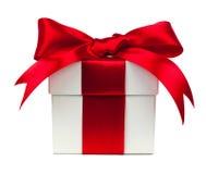 Caixa de presente branca com curva vermelha e fita sobre o branco Fotografia de Stock