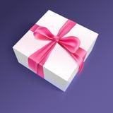Caixa de presente branca com fita e curva vermelhas Foto de Stock Royalty Free