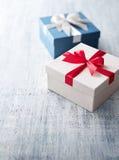 Caixa de presente branca e azul com fita Fotos de Stock