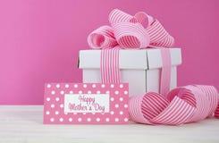 Caixa de presente branca feliz do dia de mães com a fita cor-de-rosa da listra Fotos de Stock Royalty Free