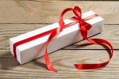 Caixa de presente branca no fundo de madeira Imagem de Stock Royalty Free